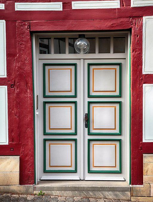 Drzwi zewnętrzne z drewna czy warto takie wybrać?